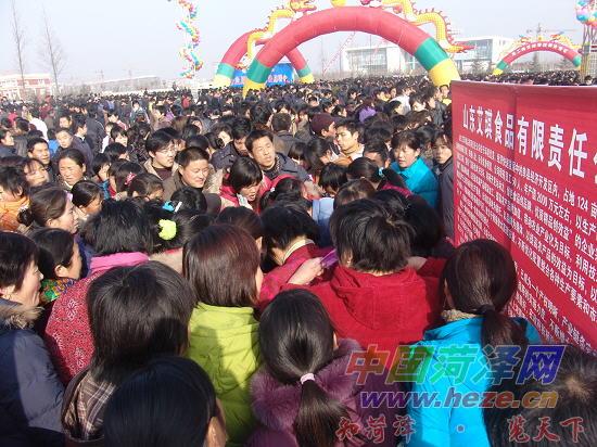 """面临毕业的青岛科技大学学生王鑫告诉记者:""""我想在家乡找份工作,月"""