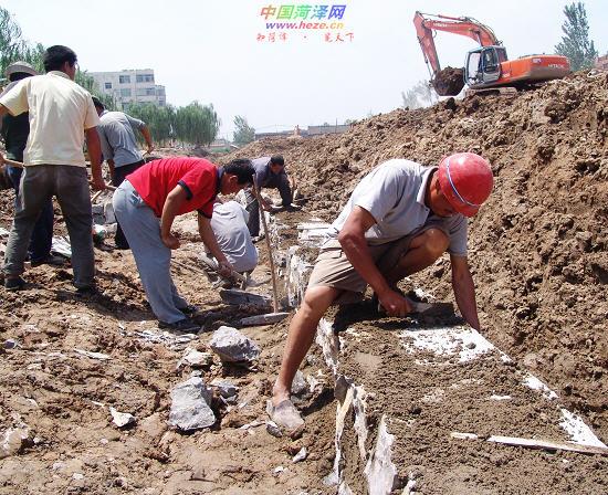 6月2日,施工人员在菏泽赵王河长江路以南段垒砌驳岸。近日,赵王河长江路以南200米河道治理和景观工程完成拆迁补偿,正式开工建设。此次工程将把该段河道拓宽至20米~55米,河道两岸建设石砌驳岸、挡墙和绿化带,分别铺设3米宽的濒水步道。工程竣工后,将成为赵王河景观带的重要组成部分。   艾慧丽 摄 (责任编辑:正强)