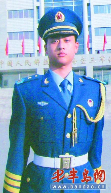 86米,今年21岁的青岛小伙辛克龙2007年入伍,经层层选拔入选三军仪仗队