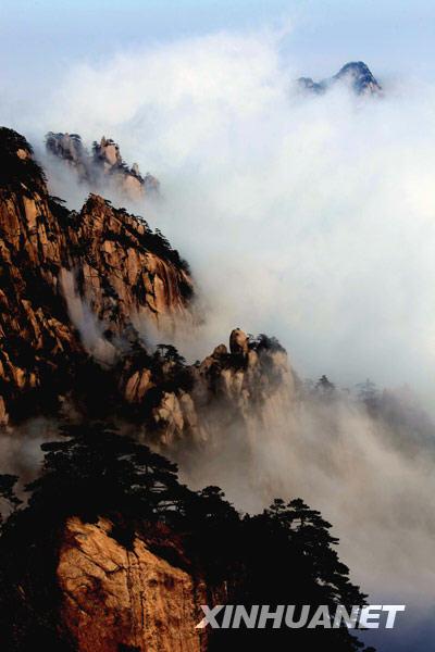 景区拍摄的云海美景.新华社发(  摄)  -雨后黄山云海壮观