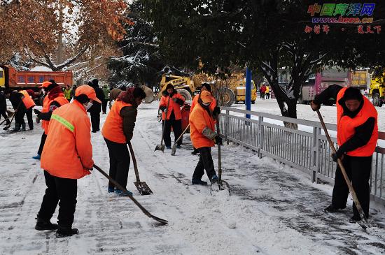环卫工人扫雪忙图片