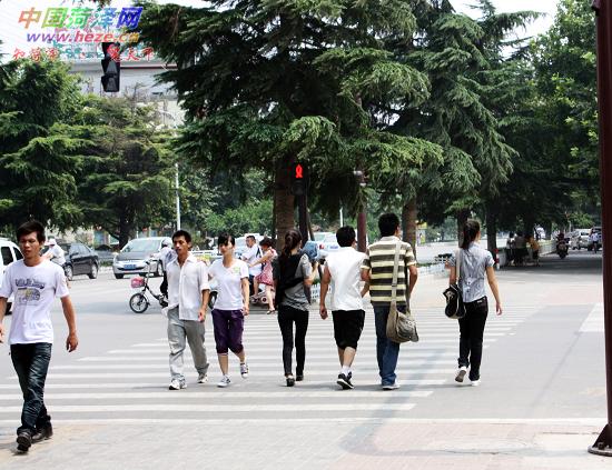 行人过马路不看信号灯