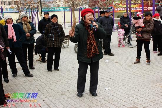 阎维文的代表歌曲《母亲》,动人的歌声引得许多围观市民拍手