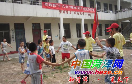 大学生社会实践团暑期下乡服务农民