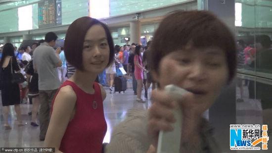 近日,鲁豫现身首都机场。当天,有粉丝认出偶像并上前要求合影时被陈鲁豫身边的助理拒绝。见到有记者拍照时,身旁的助理还怒指记者镜头。 (责任编辑:安 琪)