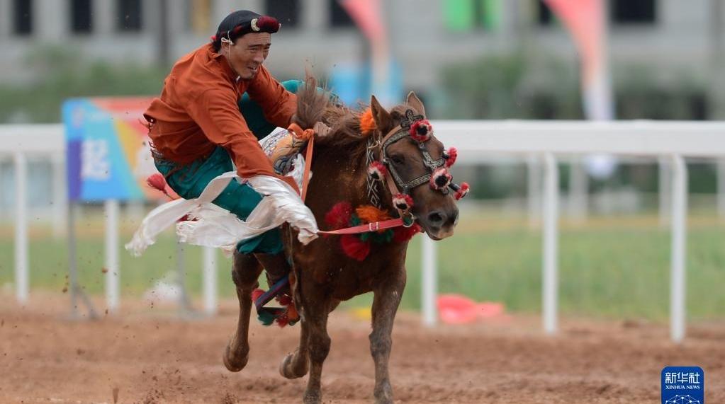 青海民族运动会:马背技艺高