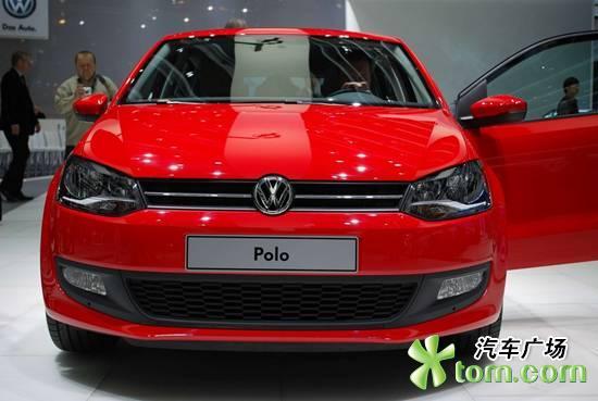 大众汽车在2009年日内瓦车展上发布了全新Polo车型,2010款Polo将于今年7月正式投产。  2010款Polo车型在安全性能上进行了进一步的提升,新车的安全性能可达到欧洲NCAP五星标准。新车具有更加合理的车身设计结构和强度更大的车身钢板,在发生碰撞时,可以使驾驶员腿部受伤的可能性降低50%,侧面撞击乘客受伤的可能性降低20%。  此外,新款Polo将四安全气囊和配有坡路缓降功能的ESP电子稳定系统作为标准配置。新车的其他亮点还包括预张紧式安全带、头部保护系统、安全带未系提醒等。  新款Polo的
