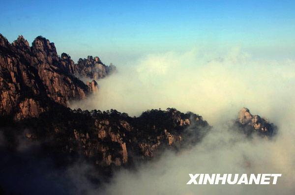 景区拍摄的云海美景.-雨后黄山云海壮观